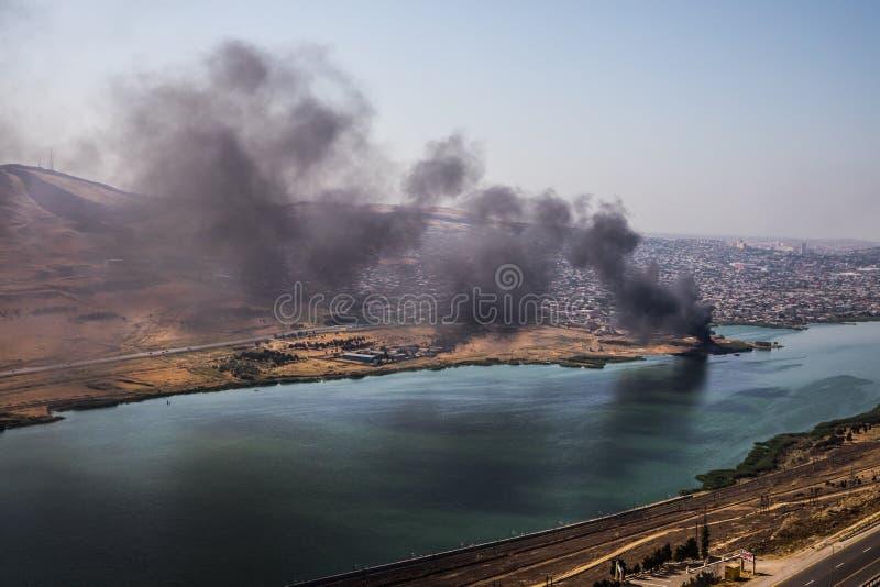Wysokiego kąta widok dymny podesłanie od budynku Podpalenie przemysłowy magazyn, duży dymnej chmury podesłanie z wiatrem obraz stock
