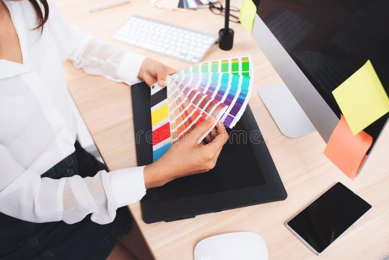 Wysokiego kąta widok fotografia redaktor pracuje przy biurkiem w kreatywnie obraz stock