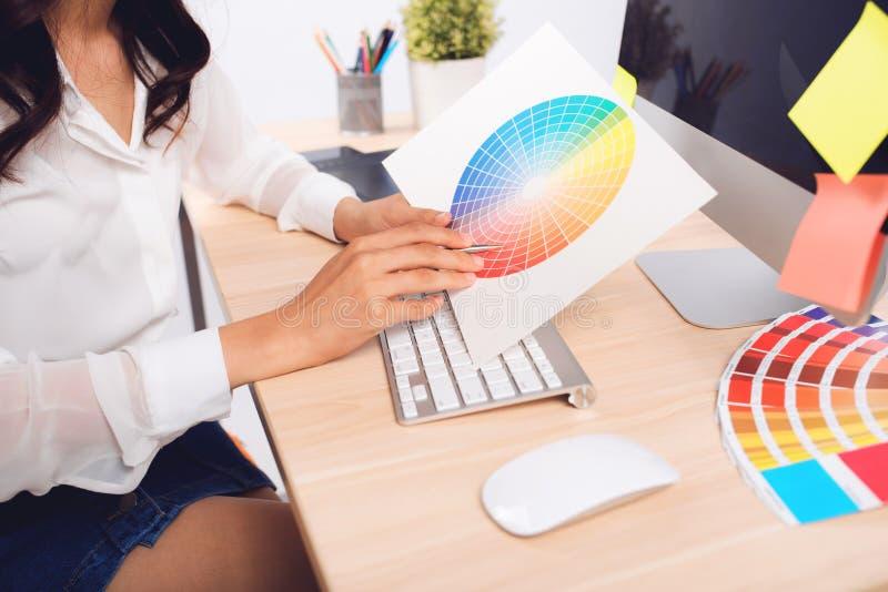 Wysokiego kąta widok fotografia redaktor pracuje przy biurkiem w kreatywnie obrazy stock