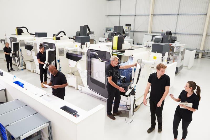Wysokiego kąta widok inżynieria warsztat Z CNC maszynami zdjęcia royalty free