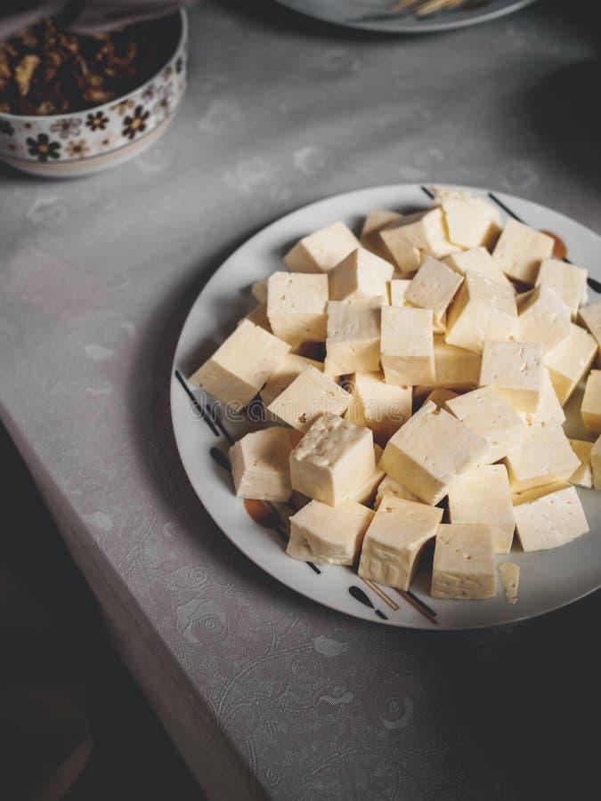 wysokiego kąta widok kawałki smakowity georgian ser na talerzu zdjęcia royalty free