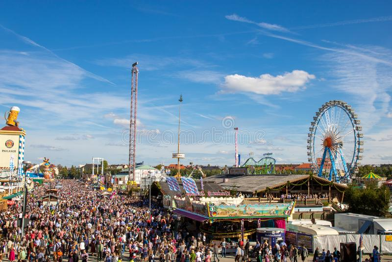 Wysokiego kąta widok na zatłoczony oktoberfest w Munich obraz royalty free