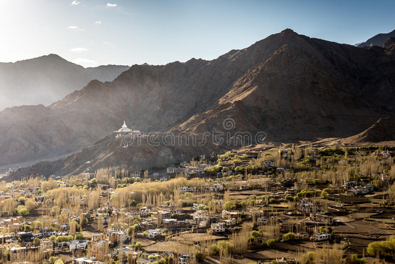Wysokiego kąta widok Shanti Leh i stupy miasto fotografia royalty free