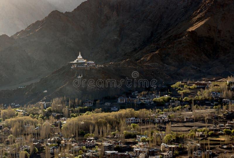 Wysokiego kąta widok Shanti Leh i stupy miasto zdjęcia royalty free