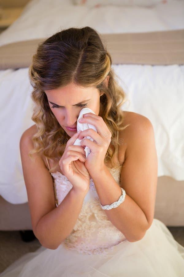 Wysokiego kąta widok smutny panna młoda płacz podczas gdy siedzący łóżkiem obrazy royalty free
