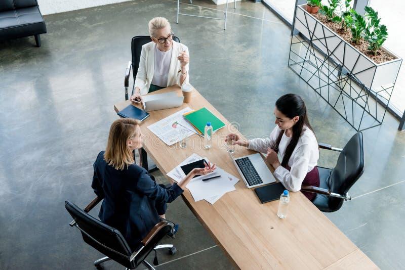 wysokiego kąta widok trzy fachowego bizneswomanu dyskutuje projekt zdjęcie royalty free