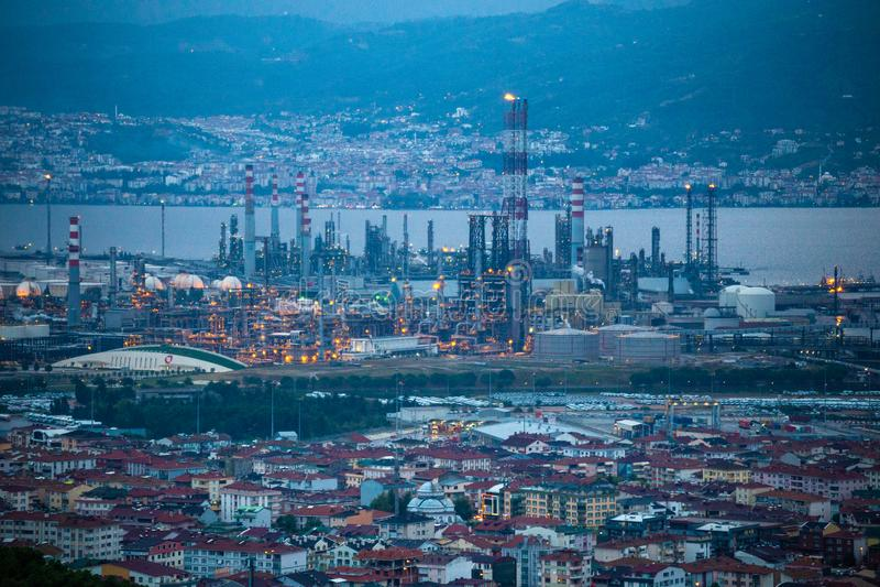 Wysokiego kąta zbliżający widok Tupras olej Rafiner, Kocaeli, Turcja obraz stock