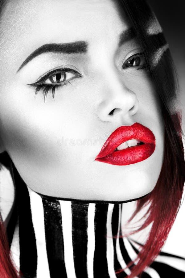 Wysokiego kontrasta czarny i biały fotografia moda model fotografia stock