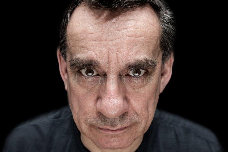 Wysokiego kontrasta portret gniewny groźny mężczyzna zdjęcia stock