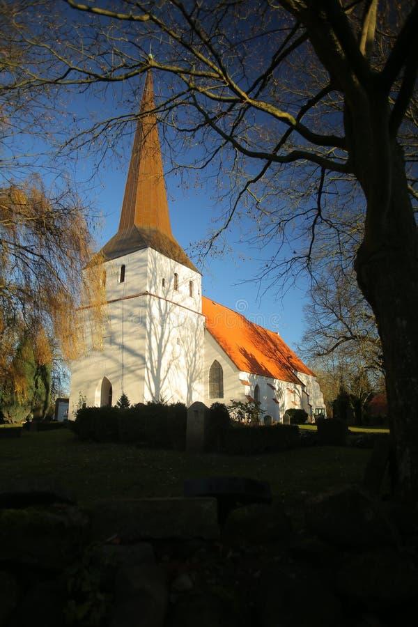 Wysokiego kontrasta wizerunek kościół w Ordynarnym Bisdorf, Mecklenburg-Vorpommern, Niemcy fotografia stock