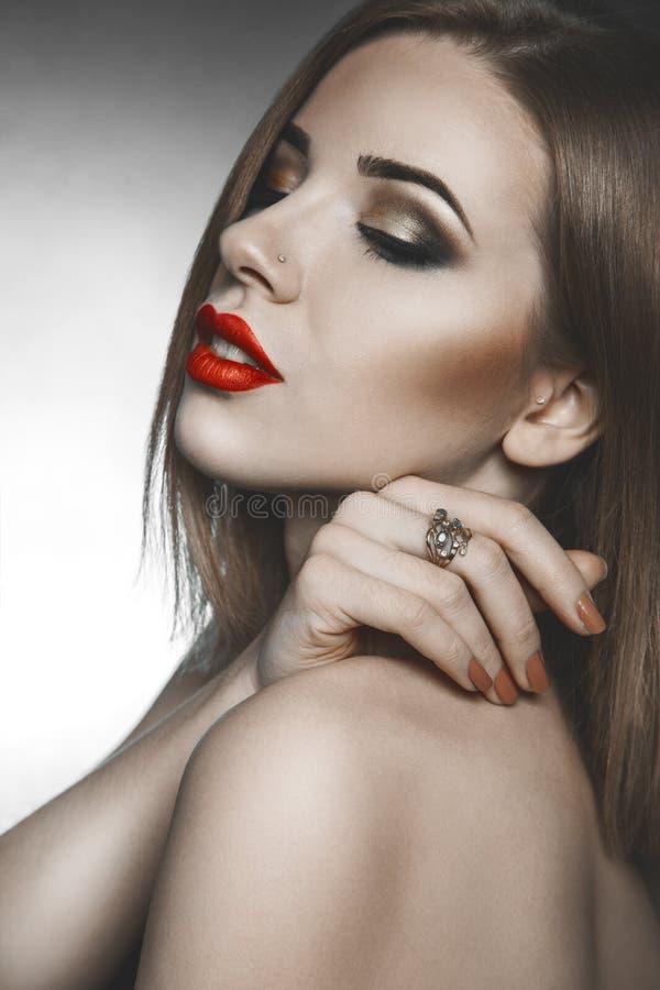 Wysokiego społeczeństwa kobieta z zamkniętymi oczami i makeup obraz royalty free