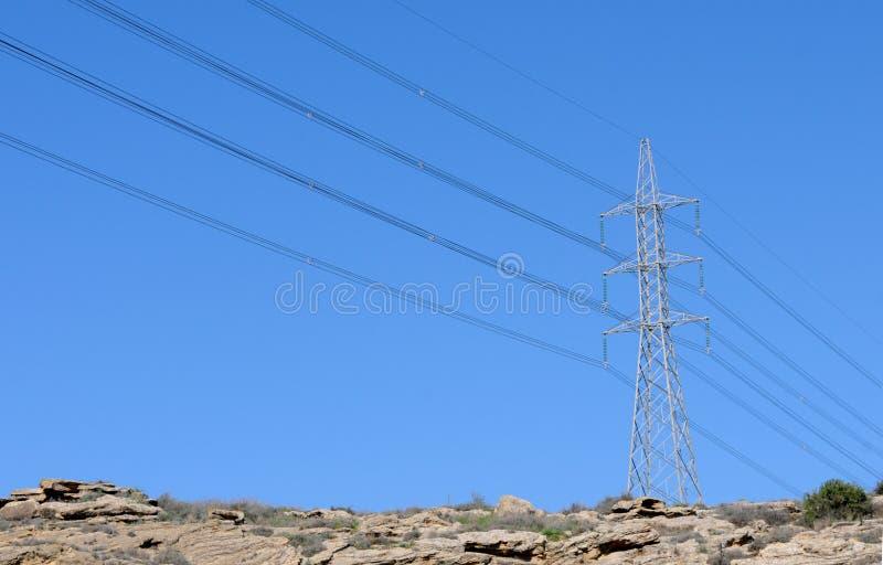 Wysokiego woltażu dystrybuci energetyczne linie obraz stock