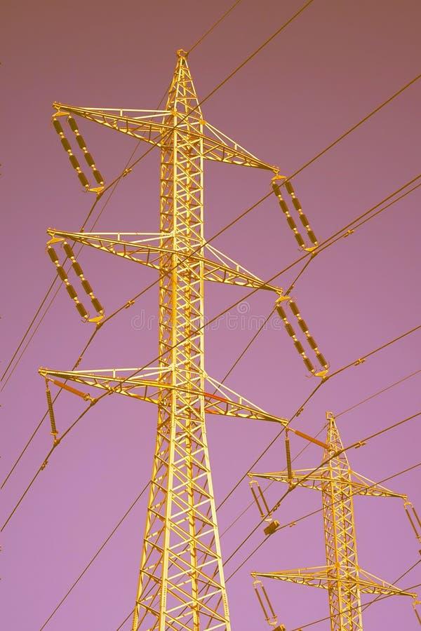 Wysokiego woltażu elektryczni słupy obrazy royalty free