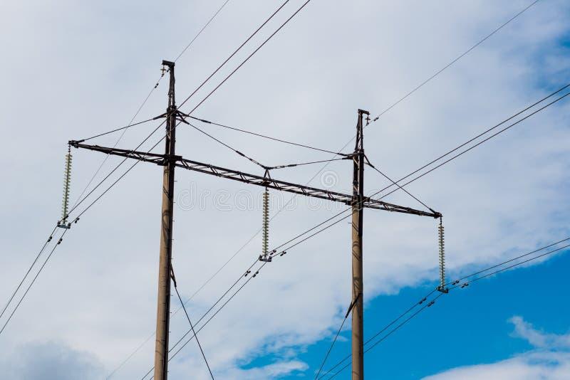 Wysokiego woltażu elektryczności drewniani słupy obraz stock