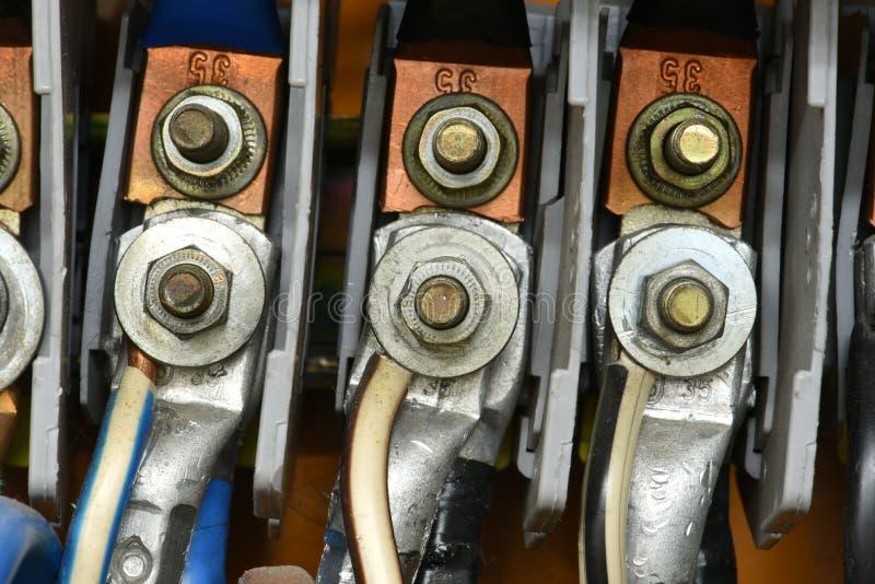 Wysokiego woltażu elektryczny kabel z śmiertelnie związków zbliżeniem zdjęcia stock