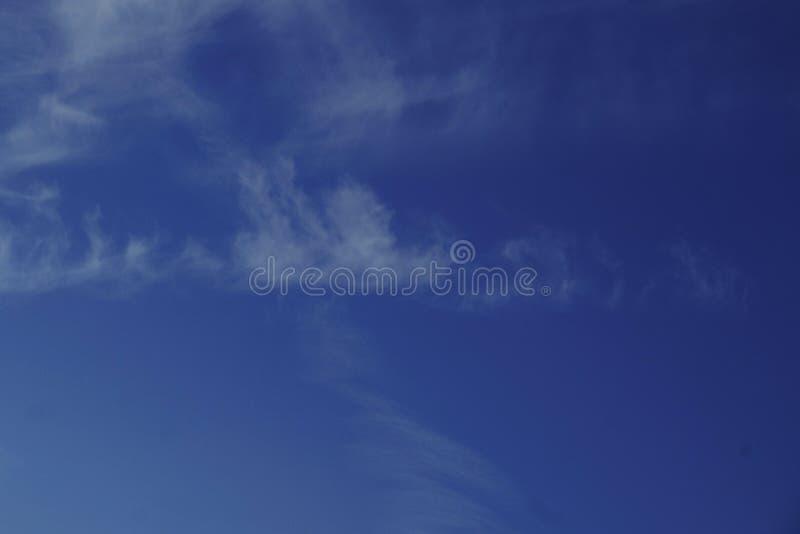 Wysokiej chmury altocumulus chmur cakiel chmurnieje, wełnisty przy zmierzchem, runo chmury niebo, niebo obrazy royalty free
