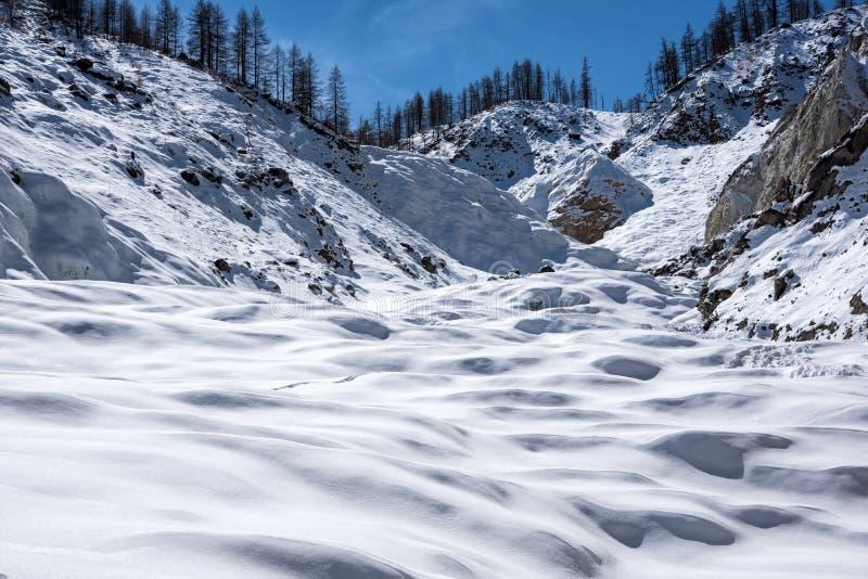 wysokiej góry śnieżna poniższa zimy zdjęcie royalty free