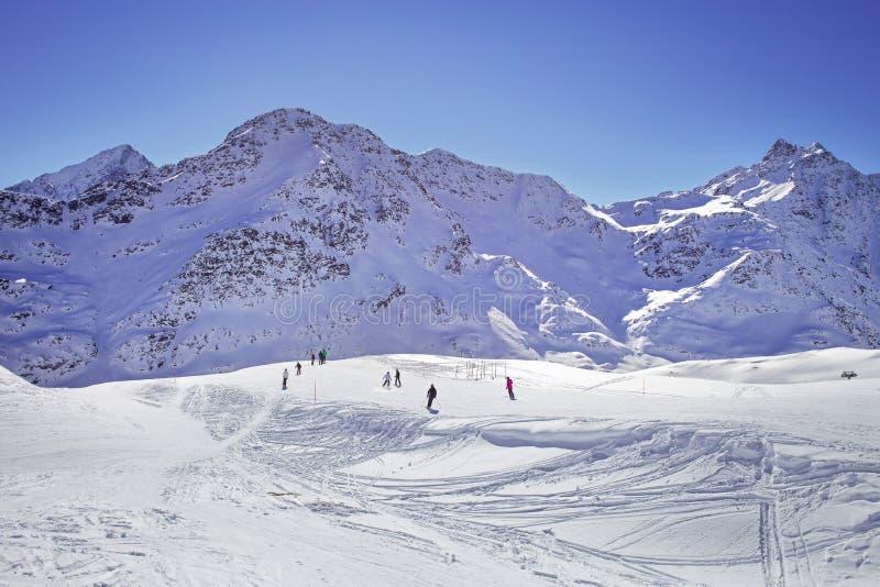 wysokiej góry śnieżna poniższa zimy Skłon na narciarstwo kurorcie, Europejscy Alps obraz stock