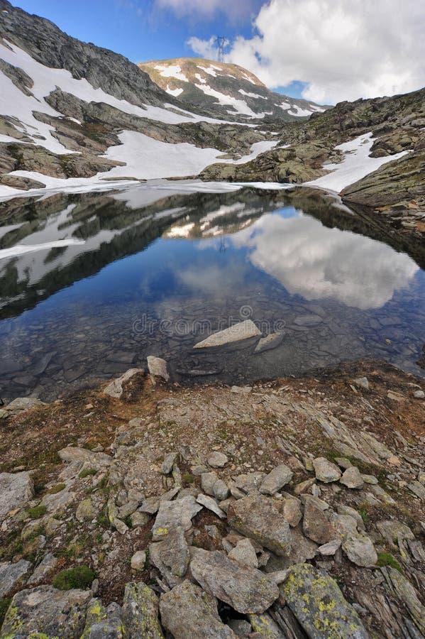 Wysokiej góry sceneria z jeziorem i śniegiem zdjęcia stock