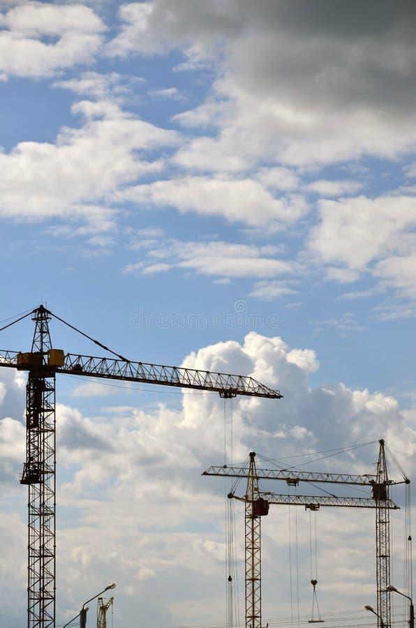 Wysokiej i ciężkiej budowy żuraw góruje przeciw błękitnemu sk zdjęcie royalty free