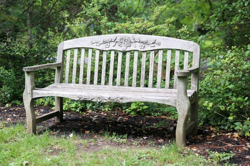 Wysokiej jakości, stylowa ławka drewniana w ogrodzie obraz royalty free