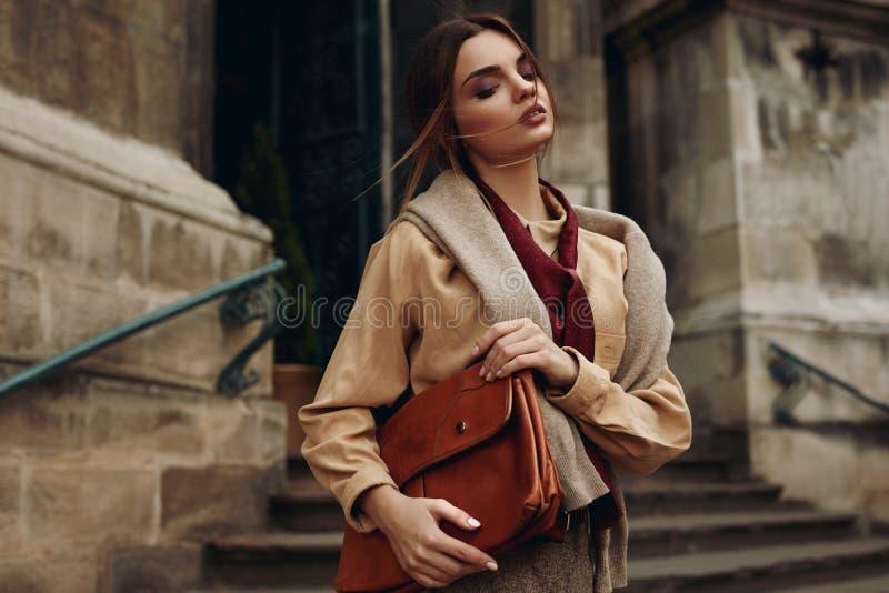 Wysokiej mody odzież Kobieta W Modnych ubraniach W ulicie zdjęcia royalty free