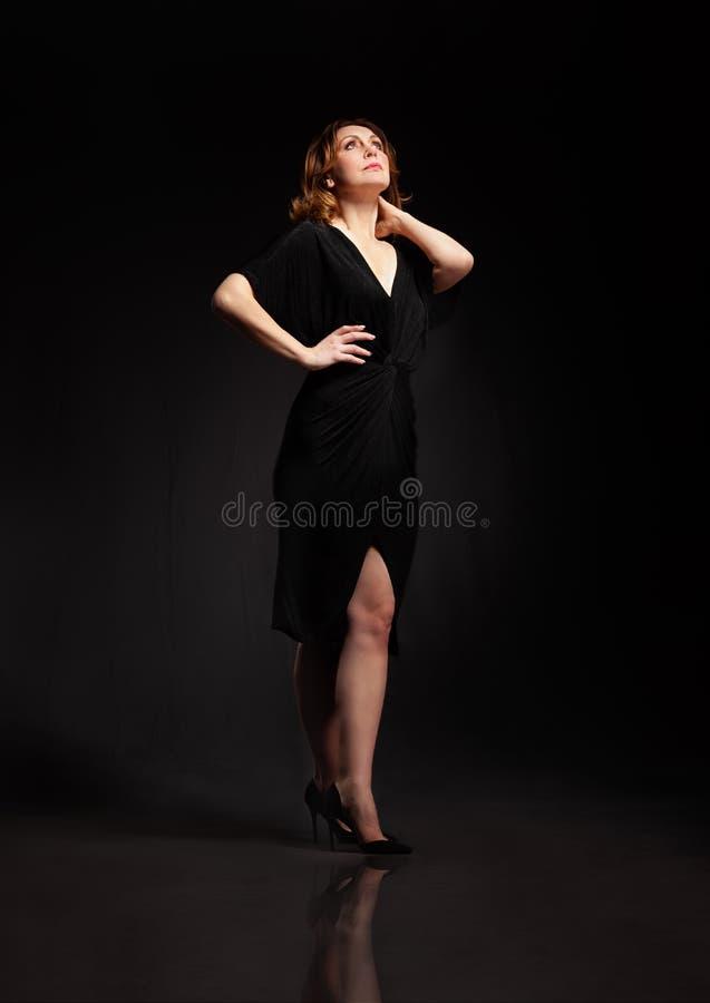 Wysokiej mody portret elegancka kobieta w długiej czerni sukni obraz stock