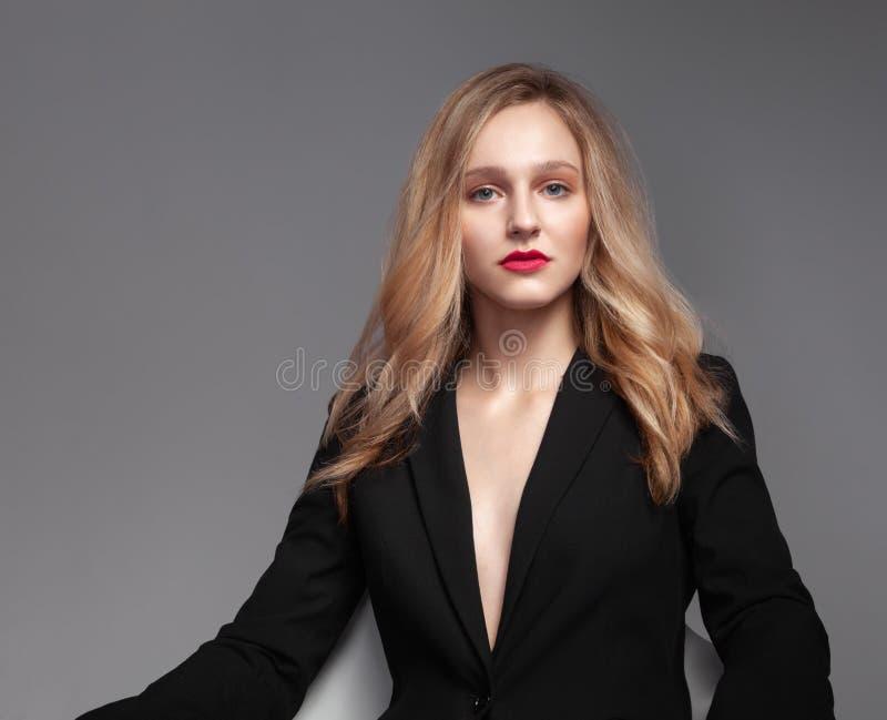 Wysokiej mody portret młoda elegancka kobieta w czarnym kostiumu obrazy stock