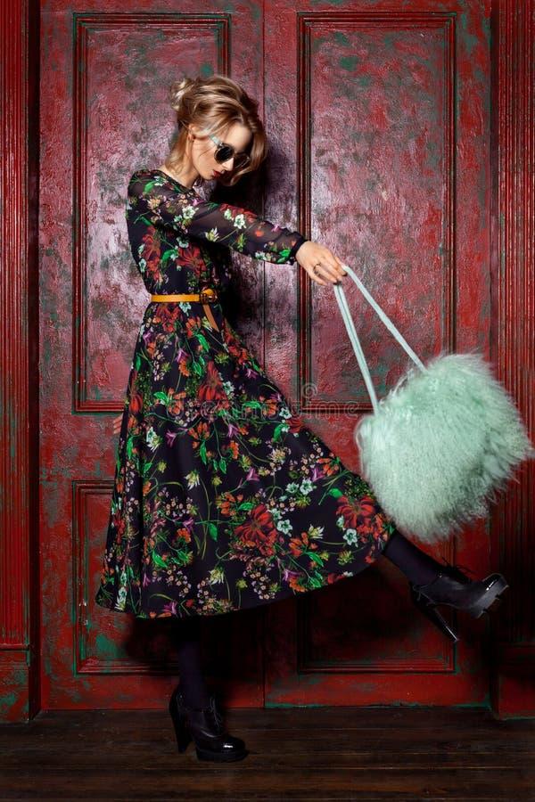 Wysokiej mody spojrzenia splendoru młodej kobiety elegancki piękny model z czerwonymi wargami w lato modnisia jaskrawym kolorowym zdjęcia stock