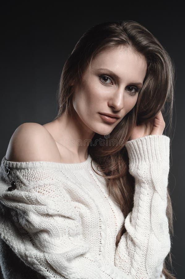 Wysokiej mody spojrzenie, zbliżenia piękna młoda piękna kobieta portret Mody fotografia w białym pulowerze obrazy royalty free