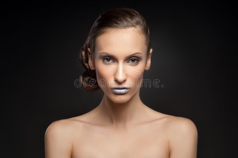 Wysokiej mody spojrzenie, zbliżenia piękna model z jaskrawym makeup z perfect czystą skórą z kolorowymi błękitnymi wargami portre obraz stock