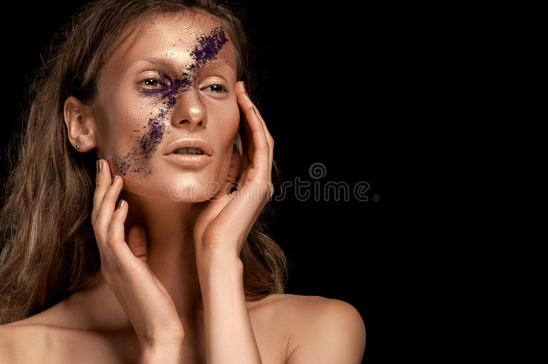 Wysokiej mody spojrzenie, zbliżenia piękna portret kobieta z jaskrawym makeup z złocistą skórą z złocistymi wargami i purpura lam fotografia stock