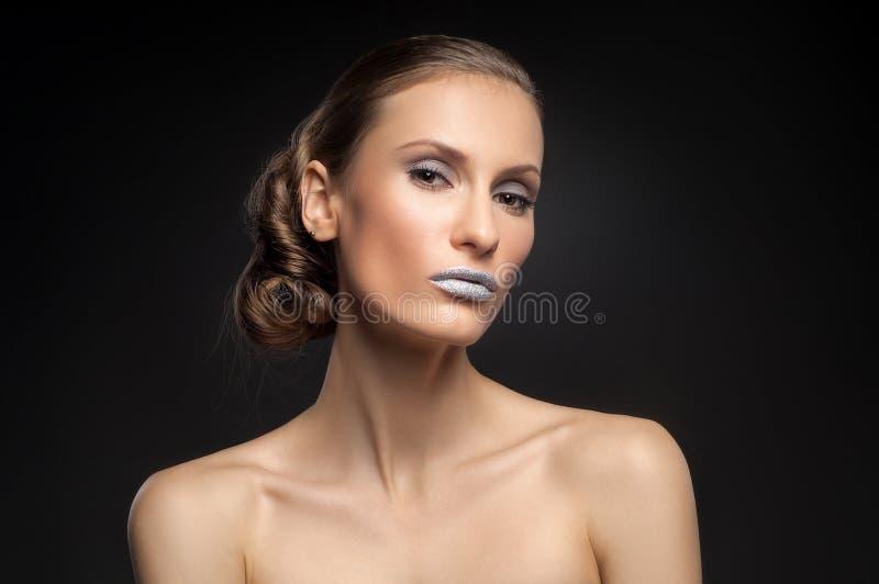 Wysokiej mody spojrzenie, zbliżenia piękna portret z kolorowymi błękitnymi wargami obrazy royalty free