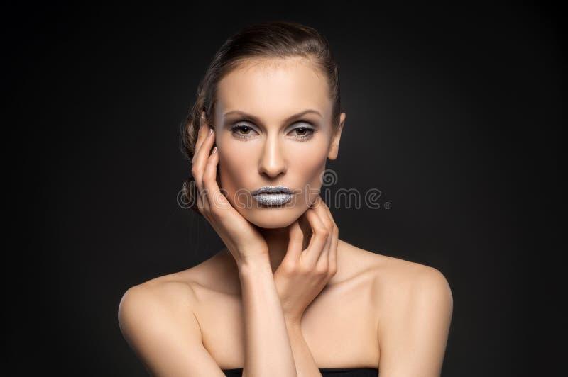 Wysokiej mody spojrzenie, zbliżenia piękna portret z kolorowymi błękitnymi wargami zdjęcie stock