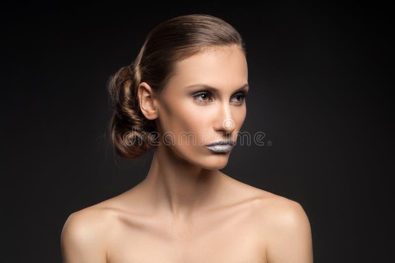 Wysokiej mody spojrzenie, zbliżenia piękna portret z kolorowymi błękitnymi wargami obraz royalty free