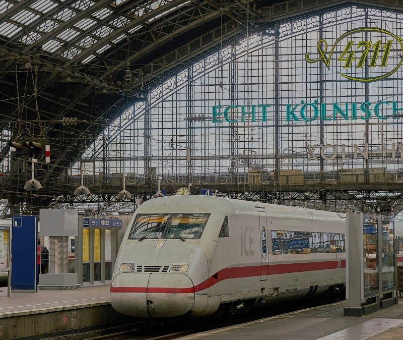 Wysokiej prędkości Intercity pociąg siedzi w Sławnym Kolońskim dworcu obraz royalty free