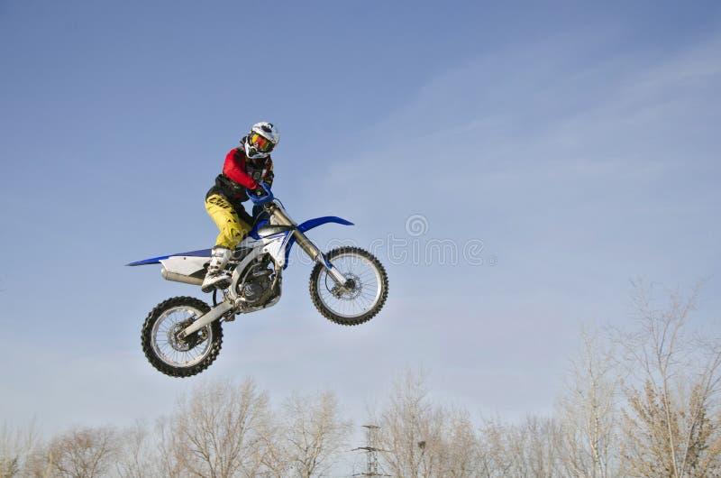 Wysokość w powietrza MX setkarzie na motocyklu na tle chmurnym, zdjęcia royalty free