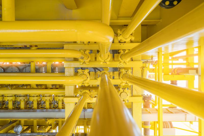 wysokociśnieniowa linia rurowa służąca do przesyłania płynu do linii morskiej na morskich platformach budowy ropy naftowej i obrazy royalty free
