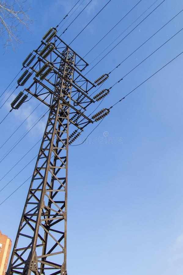 Wysokonapięciowa linia energetyczna 110 kV, metalu poparcie, druty, izolatory, przeciw niebieskiemu niebu, pionowo strzał fotografia stock