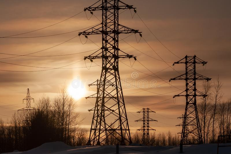 Wysokonapięciowa linia energetyczna przeciw położenia słońcu fotografia royalty free