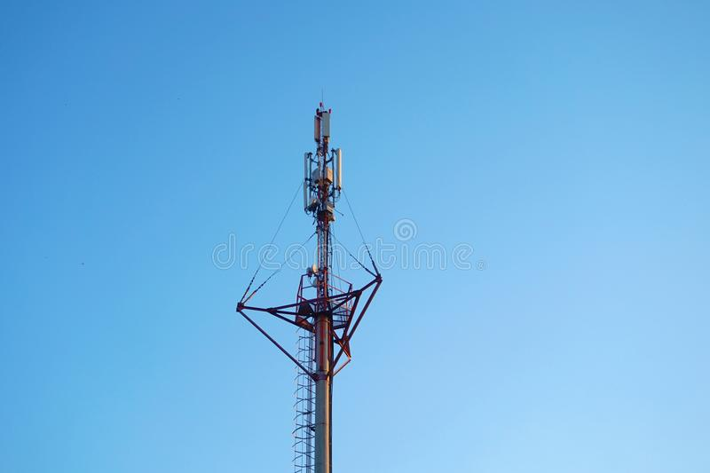 Wysokonapięciowi druty na słupach pod wysokim woltażem Zabarwiający Wizerunek Elektrownie na przemysle obraz stock