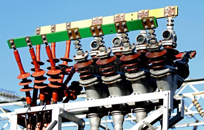 Wysokonapięciowi elektryczni kable w elektrowni produkować electri fotografia stock