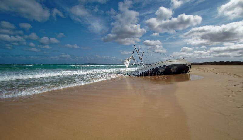 Wyspa boa Vista w przylądku Verde, krajobraz - nadmorski z shipwreck żeglowanie statek zdjęcia royalty free