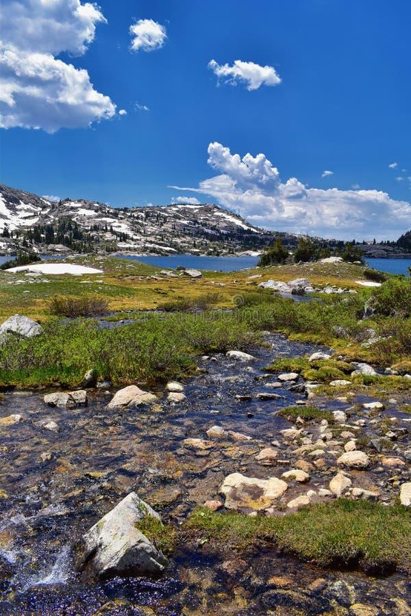 Wyspa jezioro w Wind River pasmie, Skaliste góry, Wyoming, widoki od backpacking wycieczkuje śladu Titcomb basen od Elkhart P fotografia stock