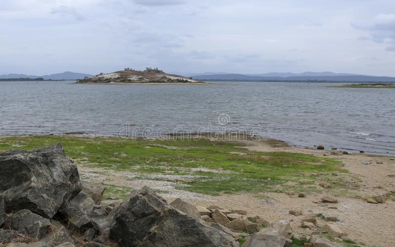 Wyspa Parakrama samudraya jezioro pod chmurnym niebem w Polonnaruwa Sri Lanka obraz royalty free