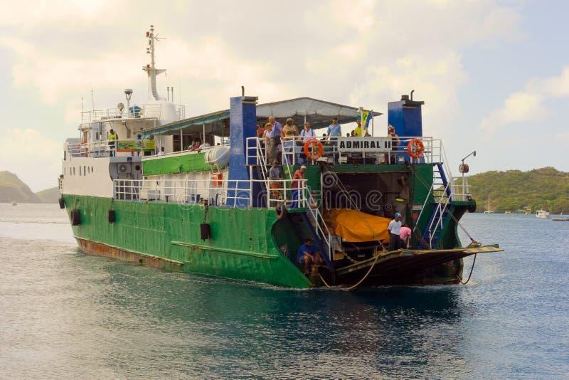 Wyspa prom przyjeżdża przy admiralici zatoką, Bequia zdjęcie royalty free