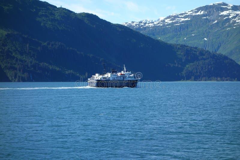 Wyspa prom zbliża się port zdjęcie royalty free