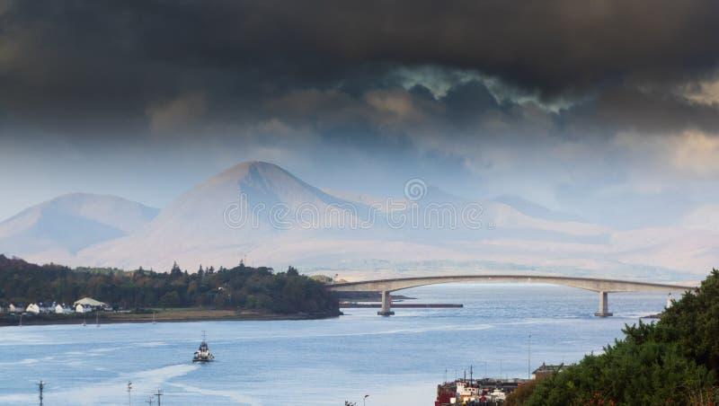 Wyspa Skye most, ocean, łódź pod mostem zdjęcia royalty free