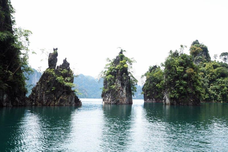 Wyspa w morza lub tamy widoku fotografia royalty free