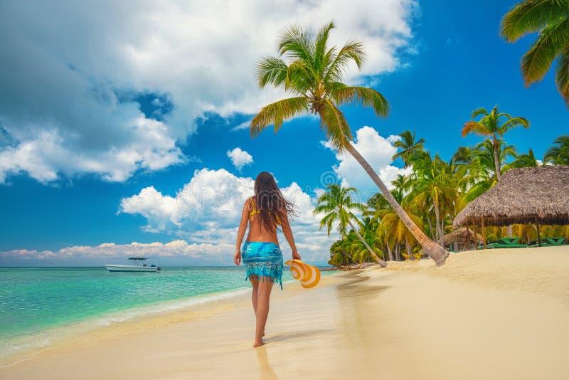Wyspa w zwrotnikach Szczęśliwa chodząca dziewczyna cieszy się tropikalną piaskowatą plażę, Saona wyspa, republika dominikańska obrazy royalty free